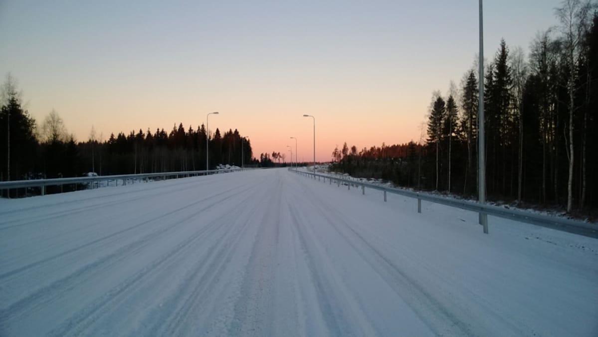 Tyhjä moottoritie talvella.