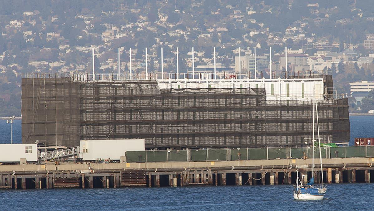Googlen rakenteilla oleva proomu San Franciscon satamassa Treasure Islandilla.