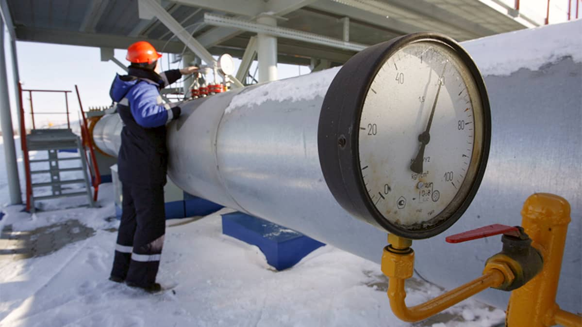 Gazprom employee works at the gas measuring station Sudzha, just 200 metres from the Ukrainian border, Kursk region, Russian Federation, 13 January 2009. Rus