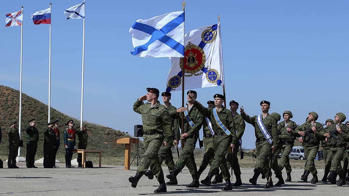 Venäjän puolustusministeri Sergei Shoigu seuraa Venäjän Sevastopolin laivastotukikohdan joukkojen ohimarssia vieraillessaan tukikohdassa.