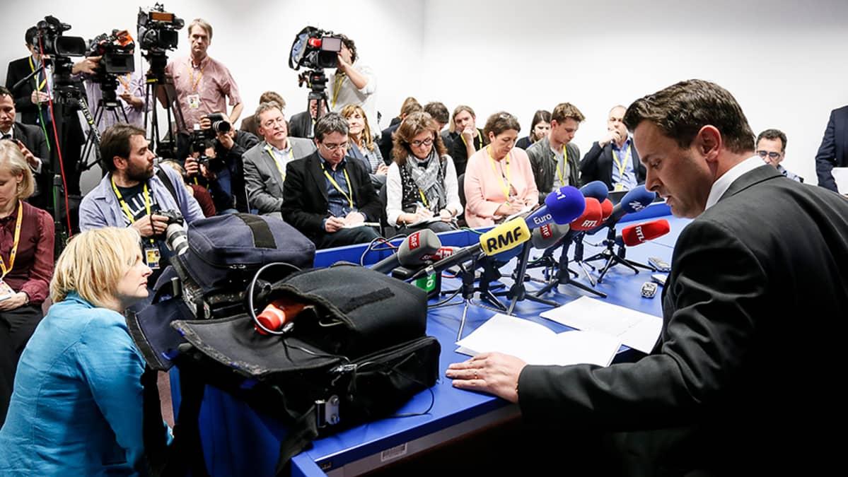 Luxemburgin pääministeri Xavier Bettel pitämässä lehdistötilaisuutta.
