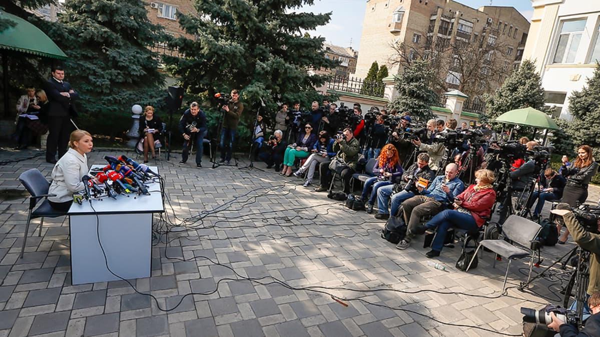 Julija Tymošenko lehdistötilaisuudessa.