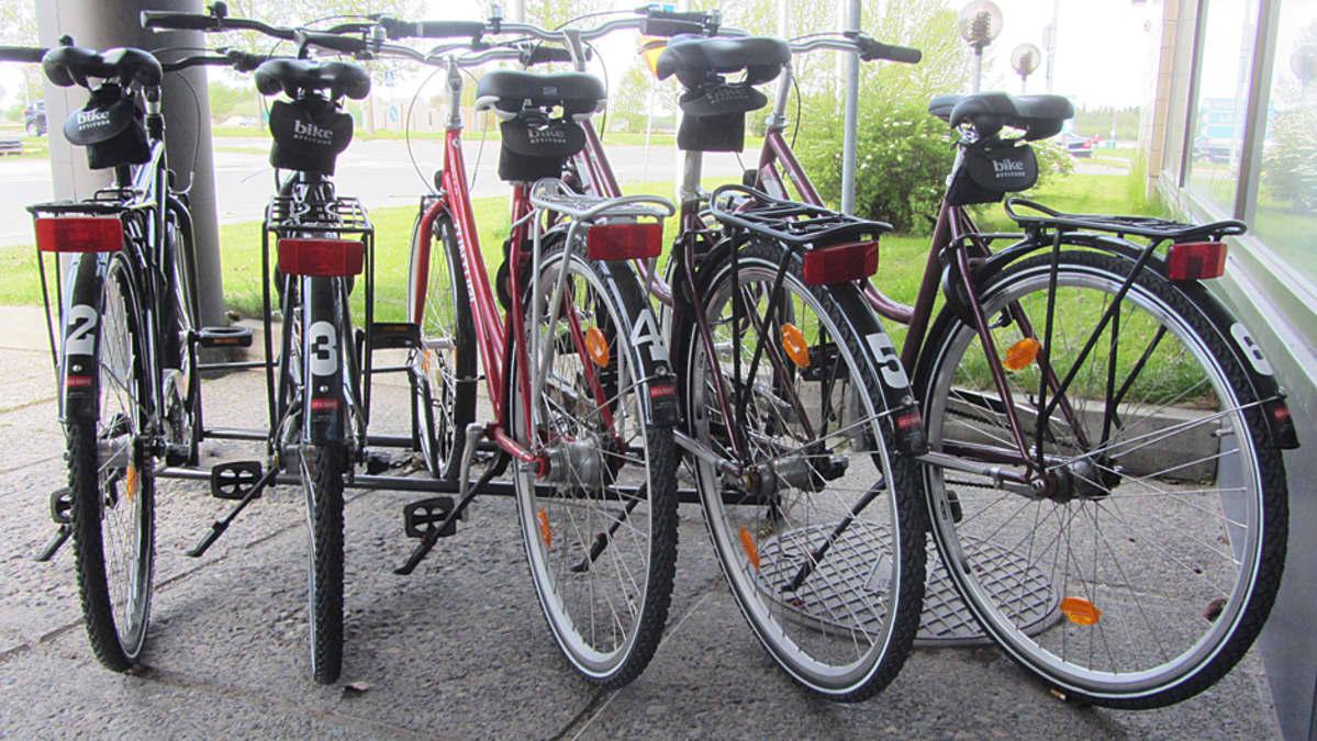 Vuokrattavia polkupyöriä telineessä