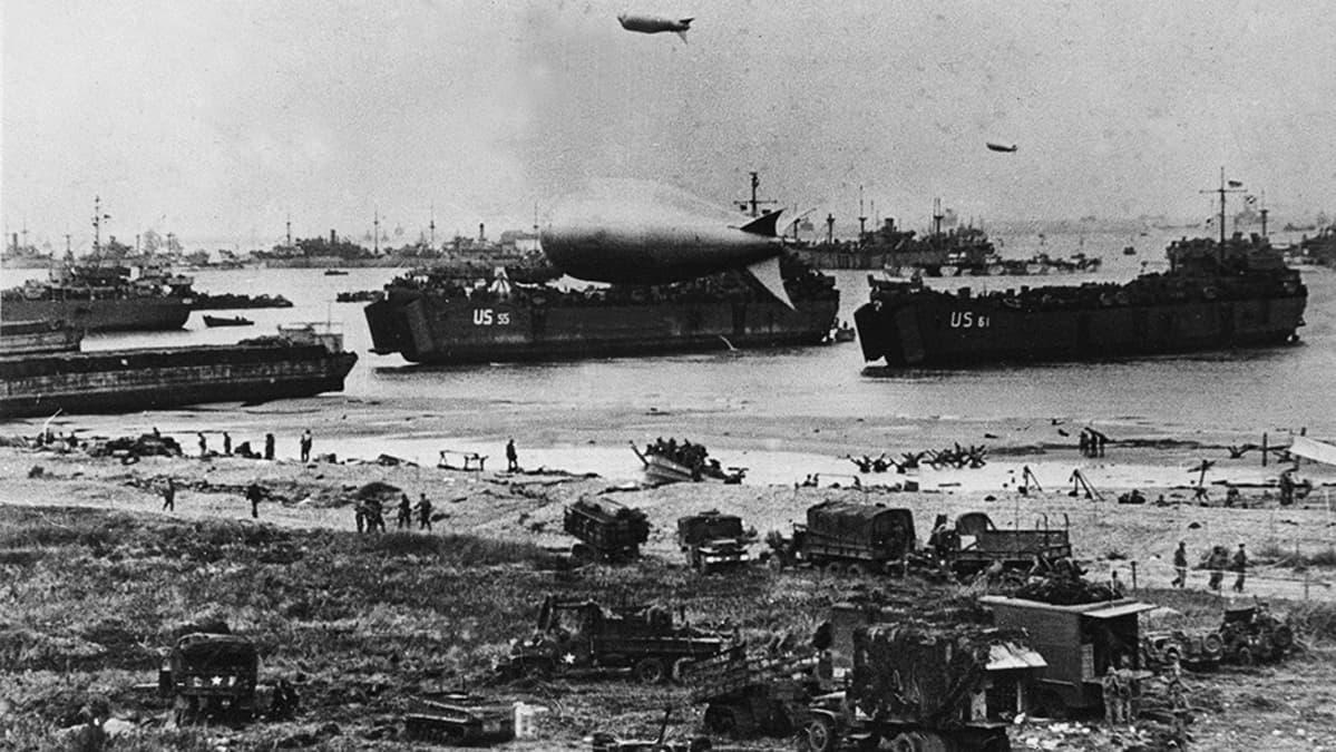 Yhdysvaltalaisjoukkoja nousemassa maihin Normandiassa.