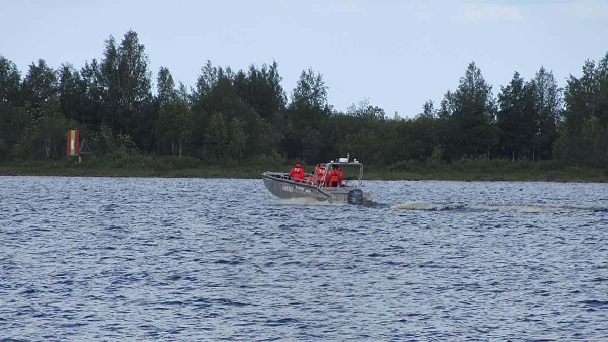 Pelastuslaitoksen vene merellä