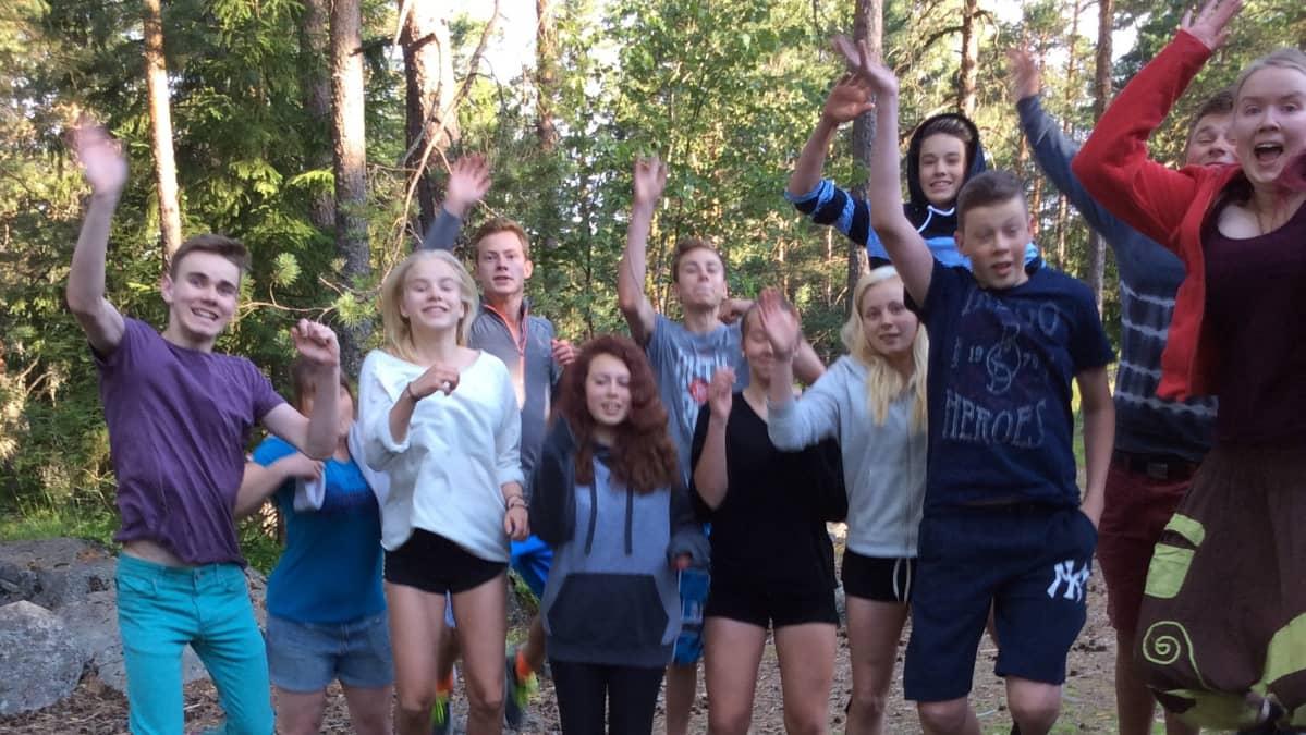 12 nuorta vilkuttaa Prometeus-leirillä Nuuksiossa