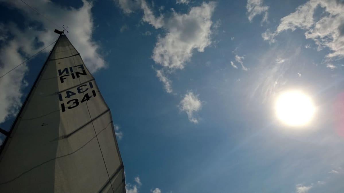 Purjeveneen purje taivasta vasten