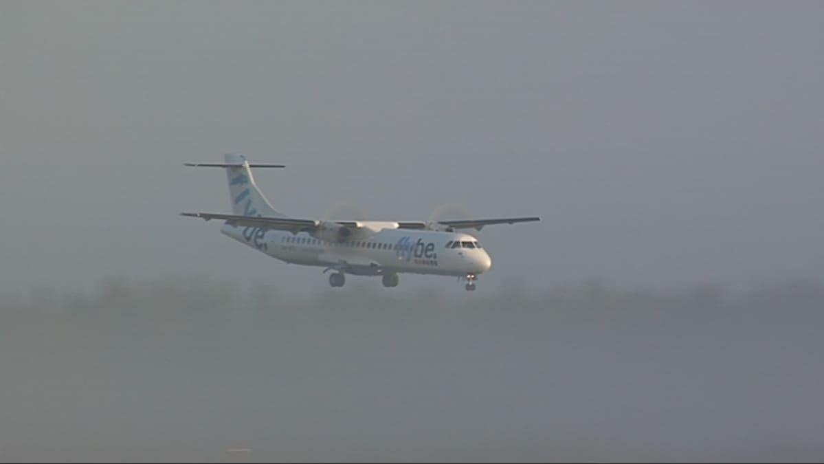 FlyBen ATR 72 laskussa aamu-usvassa.