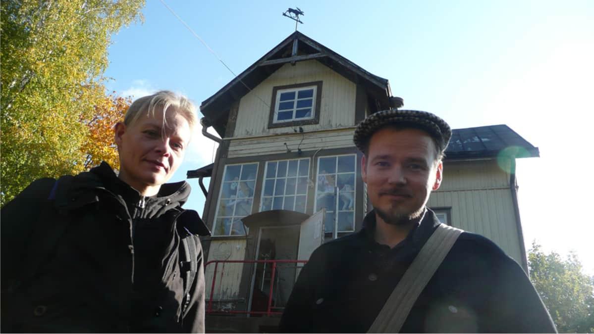 Valpuri Talvitie ja Sami Maalas Hirvitalon edessä
