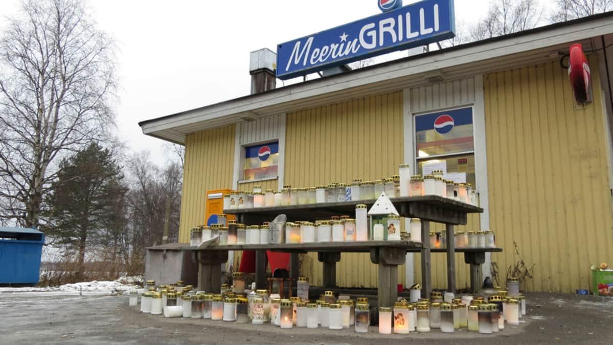 Satoja kynttilöitä ja muistoviestejä legendaarisen Meerin grillin pihalla Torniossa.