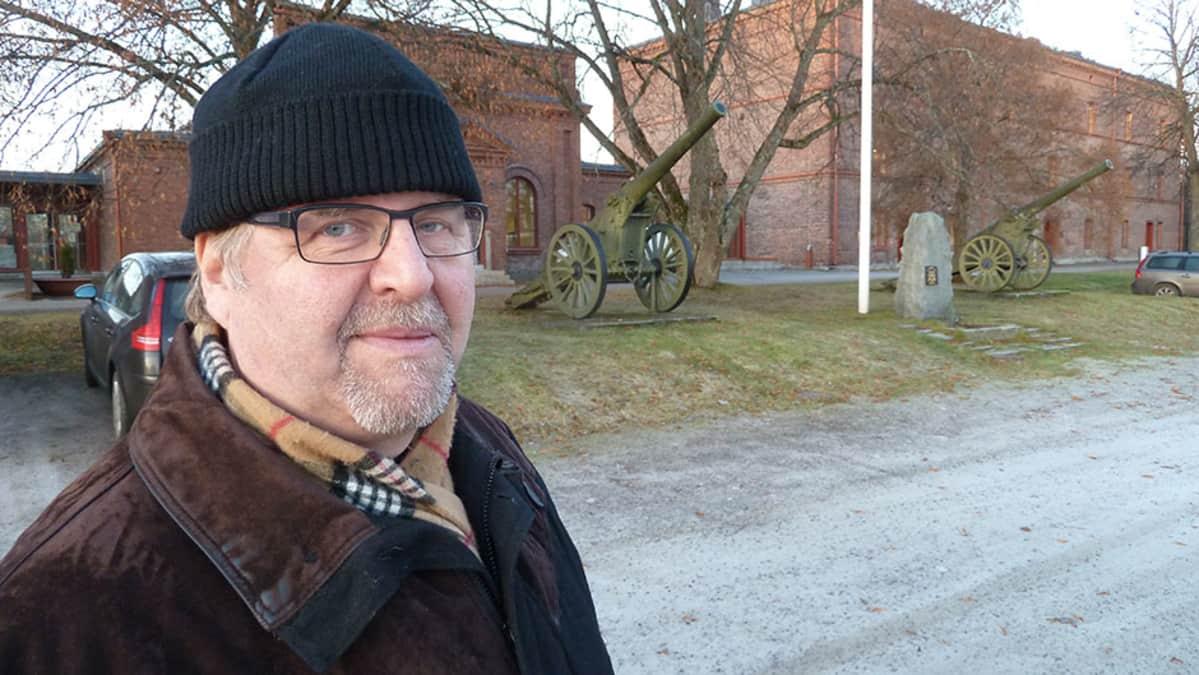 Eversti evp. Erkki Kauppinen ihailee Linnan kasarmin rakennuksia niiden perusluonteen vuoksi