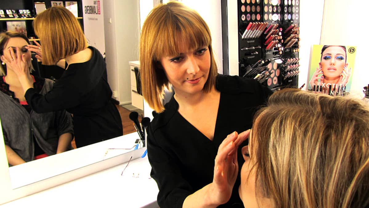 Meikkitaiteilija meikkaa asiakastaan