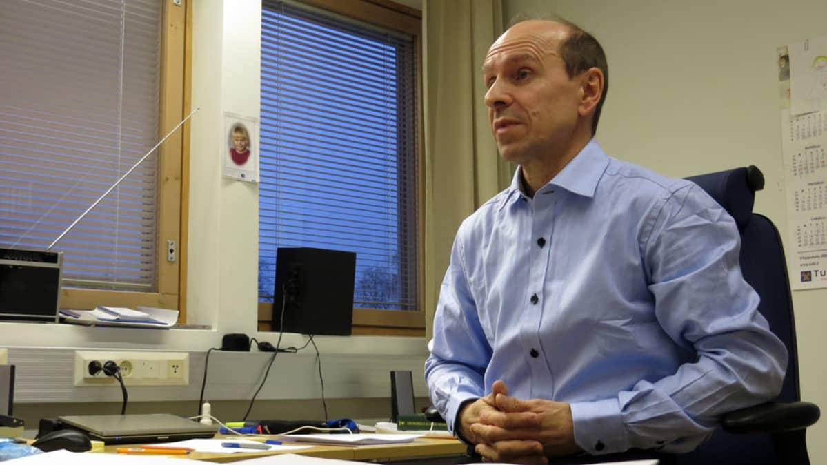 Tulliylitarkastaja Tuomo Kunnari istuu toimistossaan.