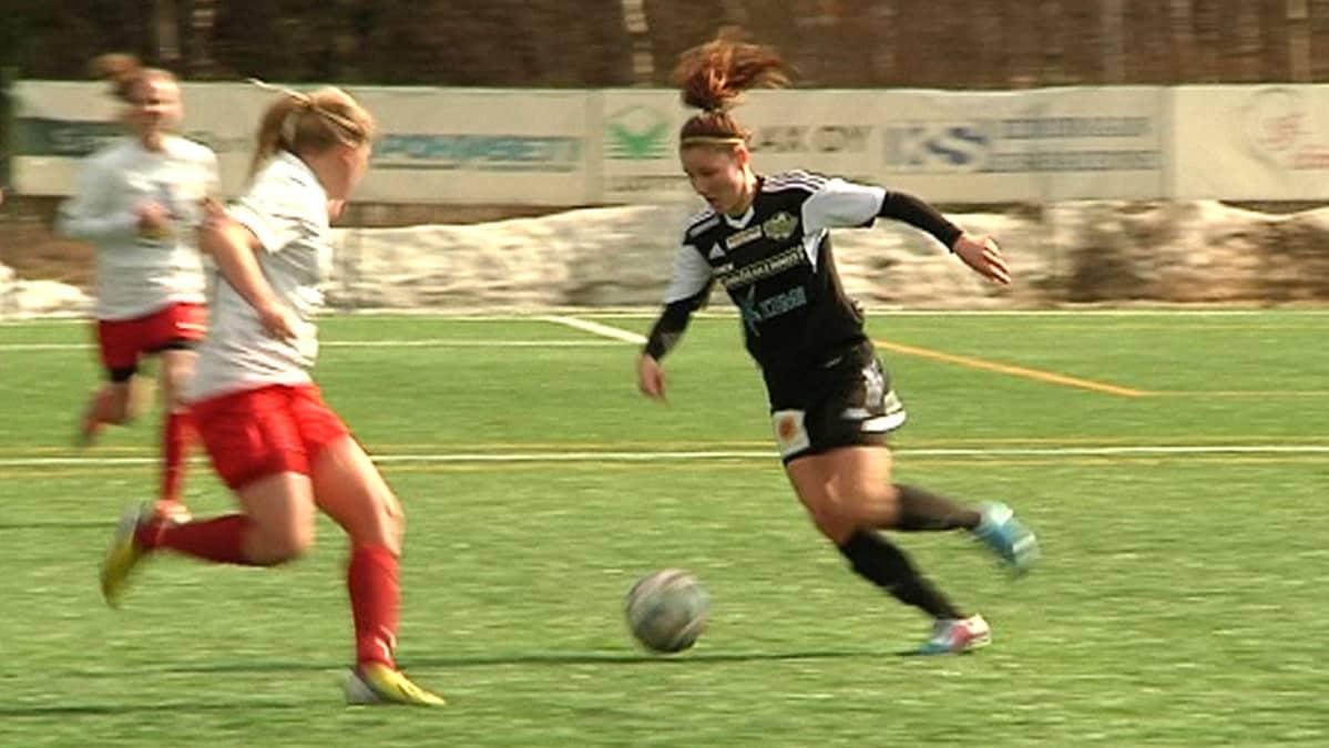 Merilappi Unitedin Natalia Kuikka palkittiin v. 2014 Kemin parhaana naisjalkapalloilijana.
