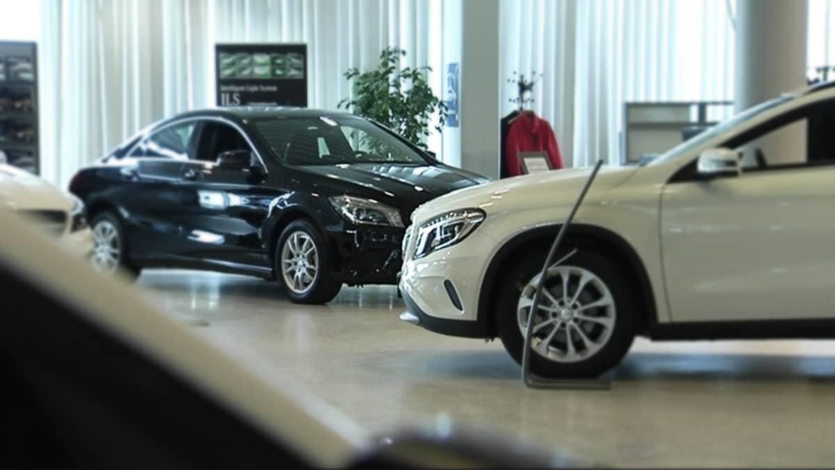 Autoja kaupan esittelyhallissa.