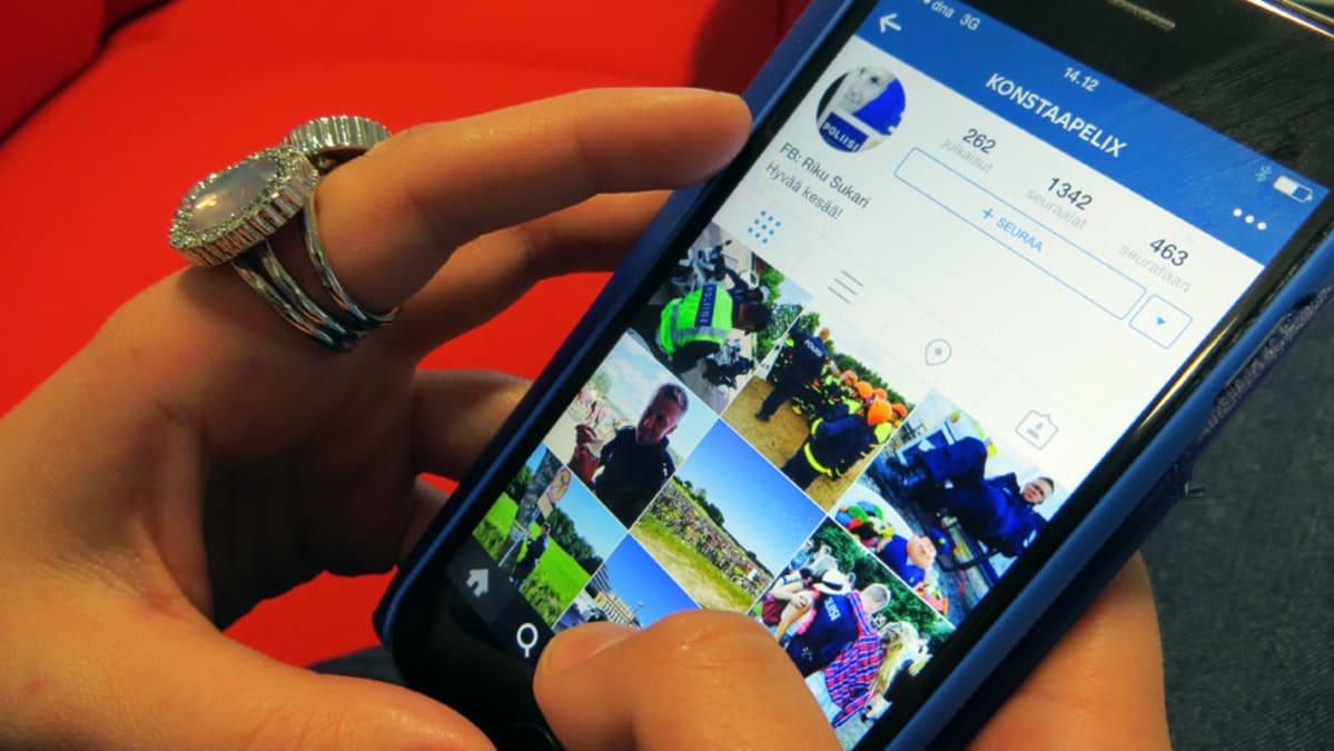 Nuori selaa nettipoliisin Instagram-sivua