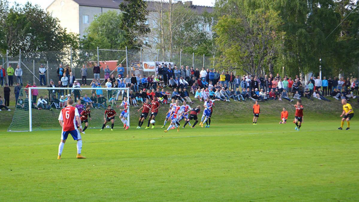 PS Kemin ja PK-35:n välistä ottelua Kemin Sauvosaaressa. Lehtereillä ennätysyleisö, yli tuhat ihmistä.