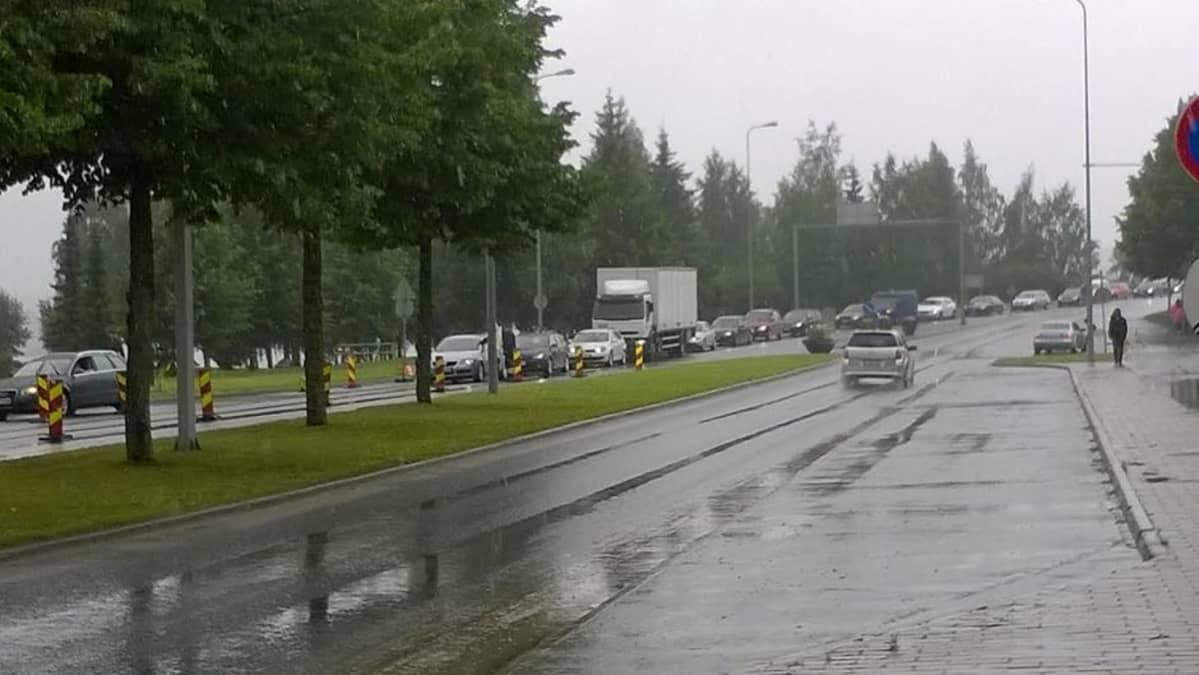 Autoja jonossa kaupungin keskustassa.