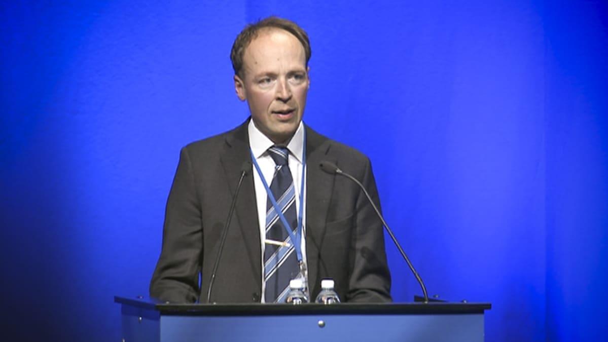 Jussi Halla-aho puhumassa perussuomalaisten puoluekokouksessa Turun Logomossa lauantaina 8. elokuuta 2015.