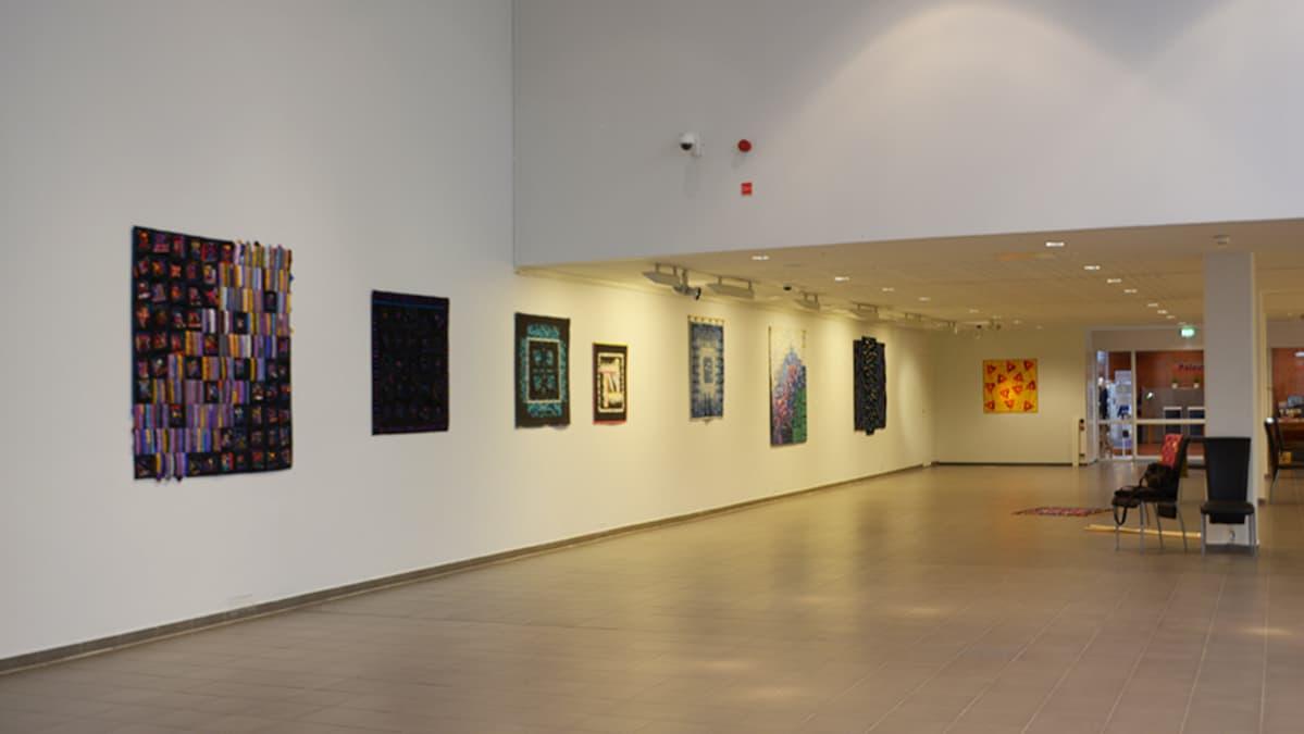 Vuokko Isakssonin taidenäyttelyn tilkkutöitä Kemin taidemuseossa.