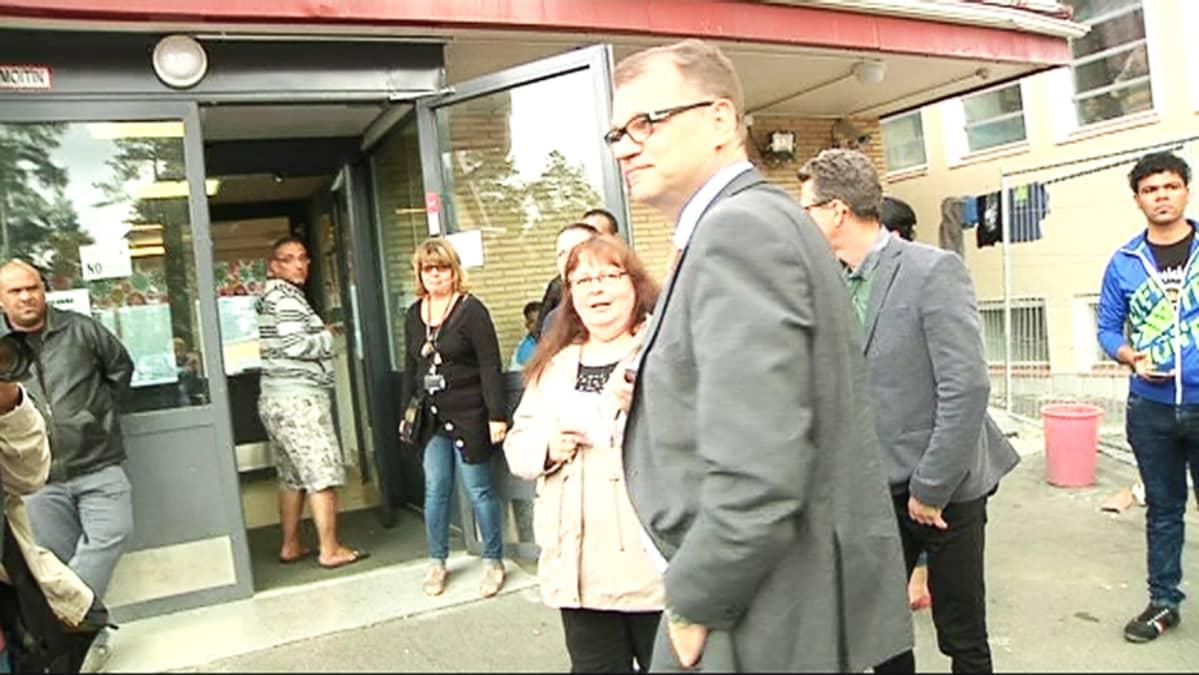 Pääministeri Juha Sipilä vieraili lauantaina vastaanottokeskuksessa Oulussa.