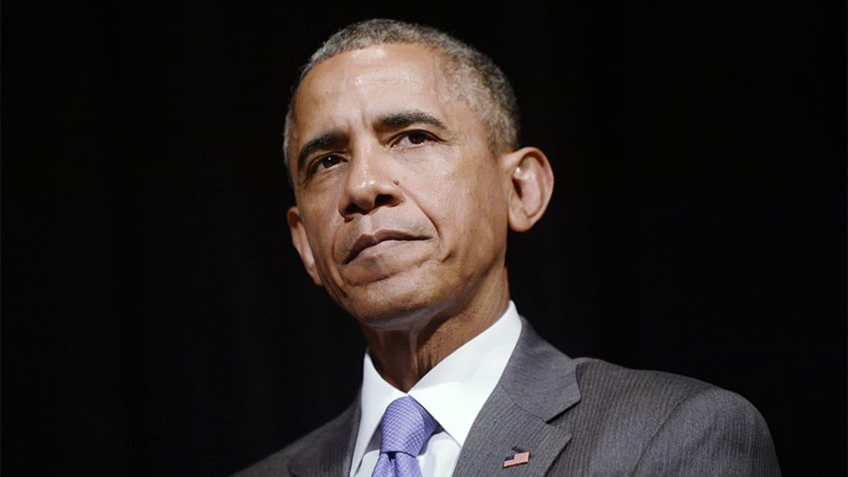 Epäilevän näköinen Barack Obama.