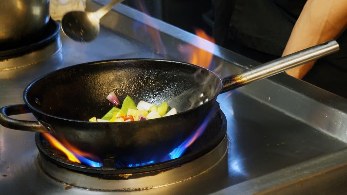 Wokkipannulla kokkaamista.