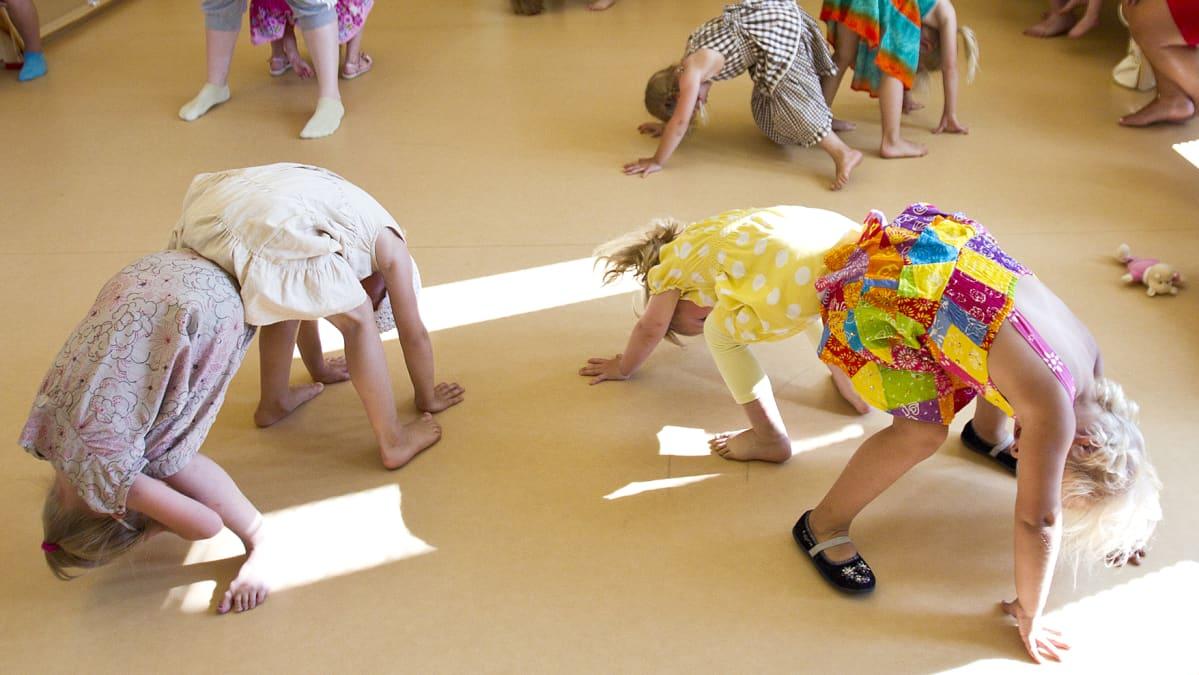 Lapset leikkivät päiväkodissa.