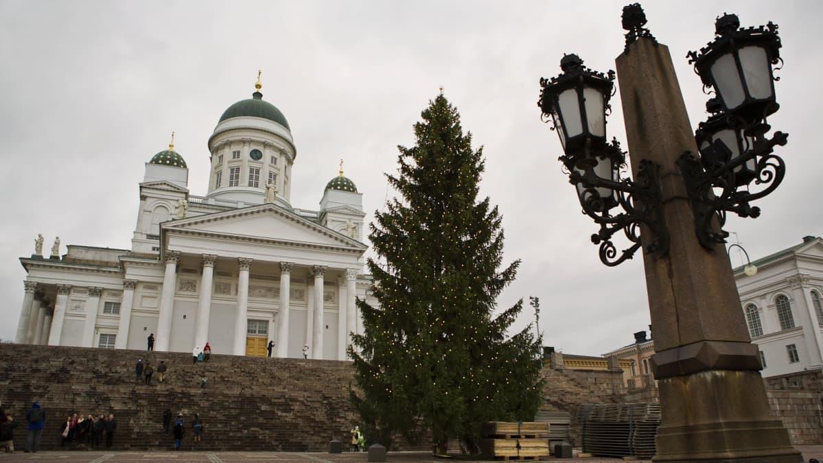 Joulukuusi Senaatintorilla Helsingissä