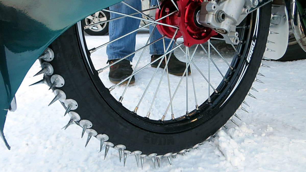 Piikit jääspeedwaytä ajettavassa moottoripyörässä