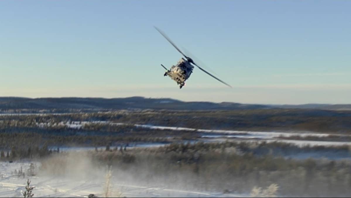 Helikopteri Ruotsin maavoimen taistelunäytöksessä