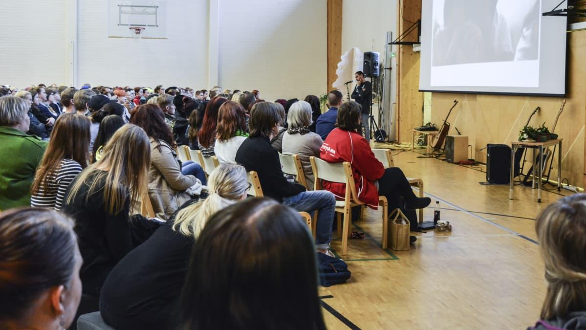 Arman Alizad puhumassa YritysAmiksen yleisölle.