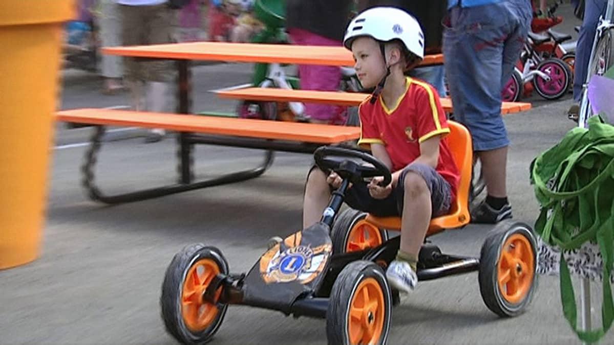 Lapsi polkuautoilee liikennepuistossa