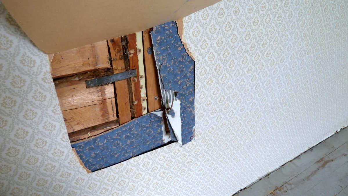 Tapettikerrokset Kotkaniemen seinässä ennen remonttia.