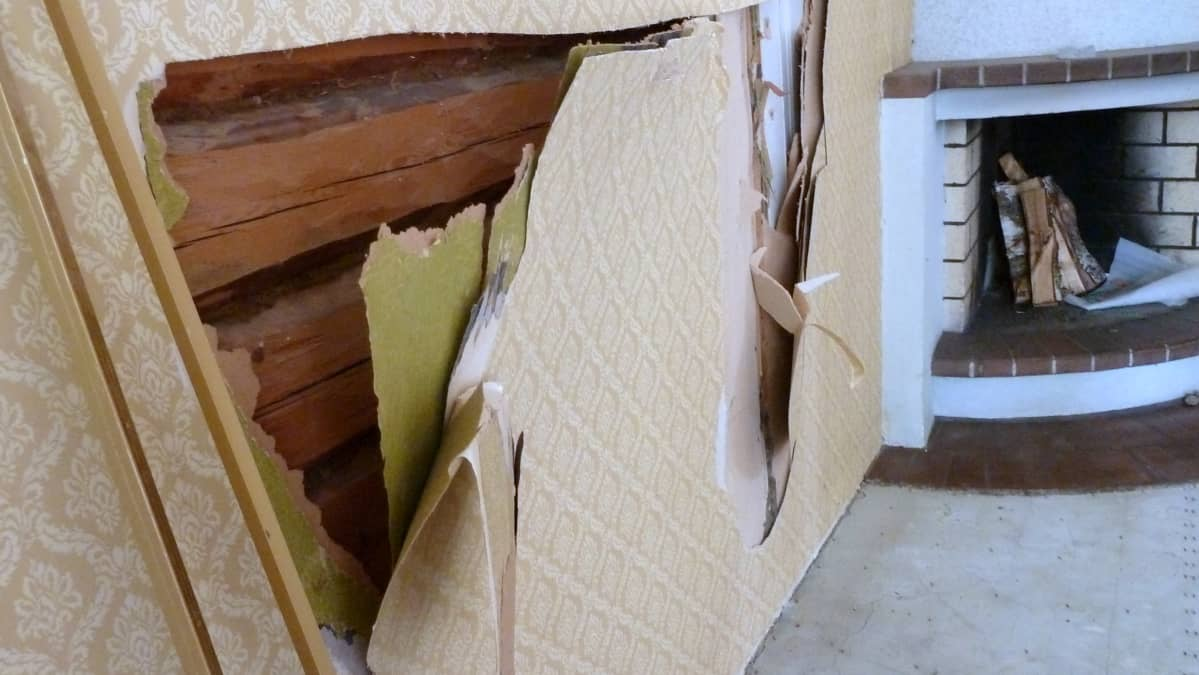 Kotkaniemen verantahuoneen tapettikerrokset.