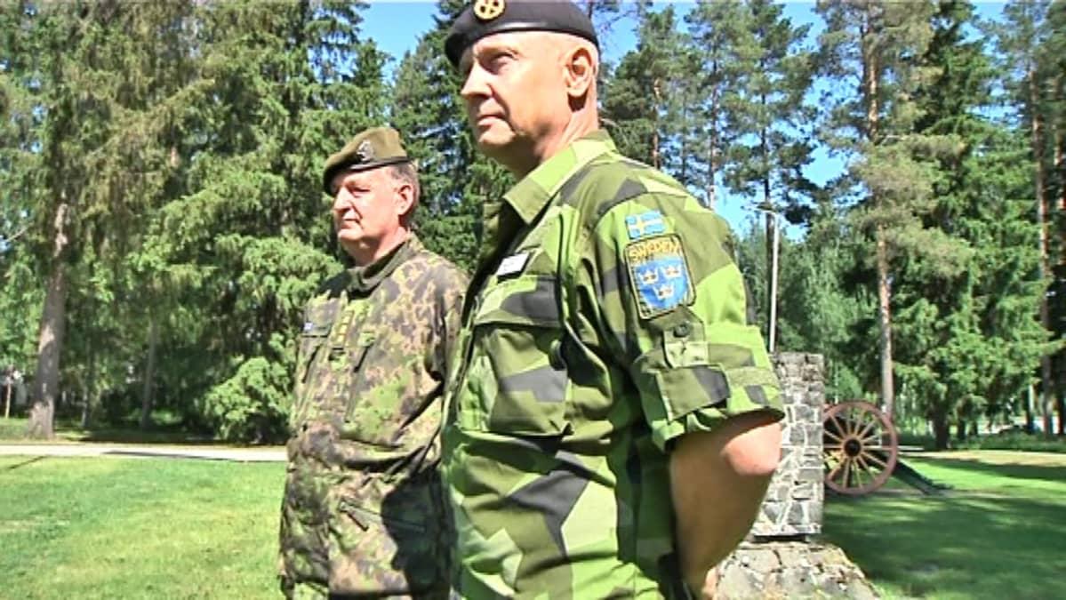 Maavoimien komentaja, kenraaliluutnantti Seppo Toivonen ja Ruotsin maavoimein komentaja, kenraalimajuri Karl Engelbrektson