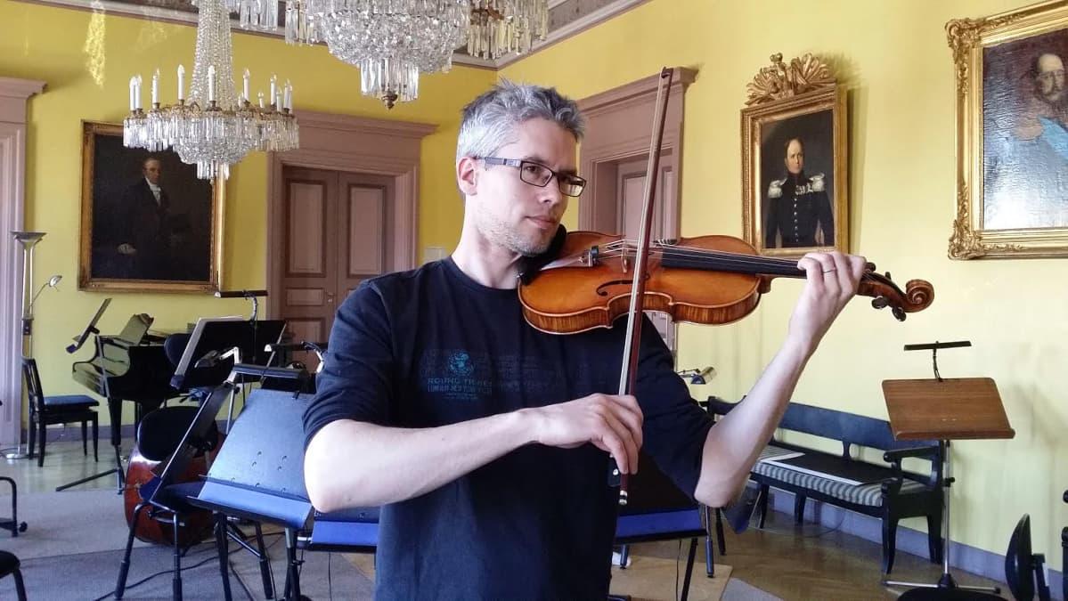 Kuvassa viulisti Matti Vanhamäki.