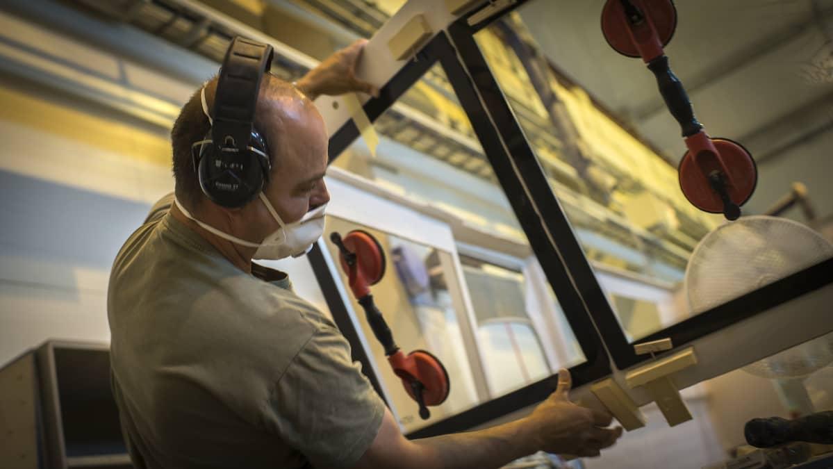 Ikkunan asentamista veneeseen Sarins båtarin Kokkolan tehtaalla.