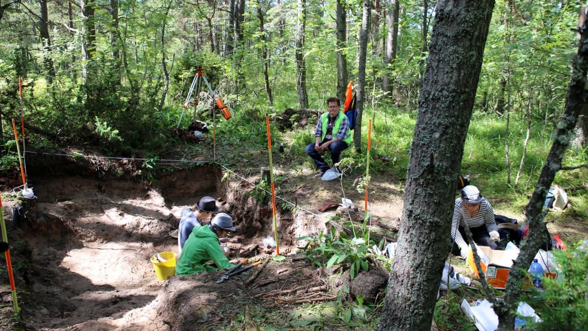 Arkeologiset kaivaukset ukrainalaisen vankileirin tunkion paikalla.