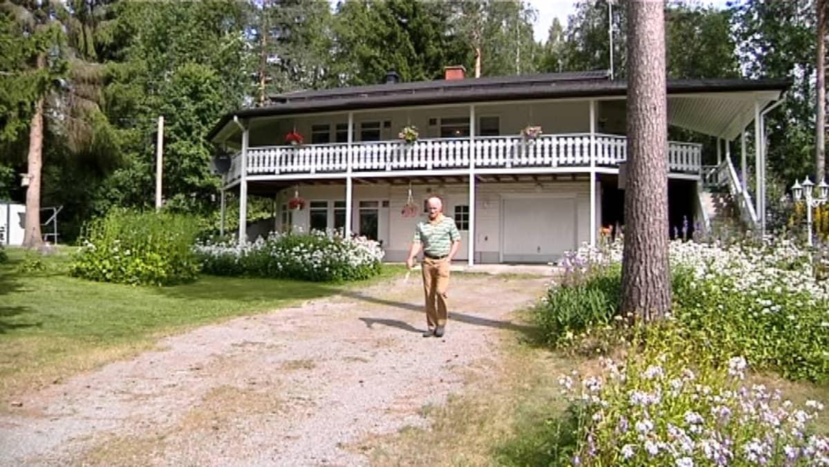 Jussi Makula kotinsa edustalla
