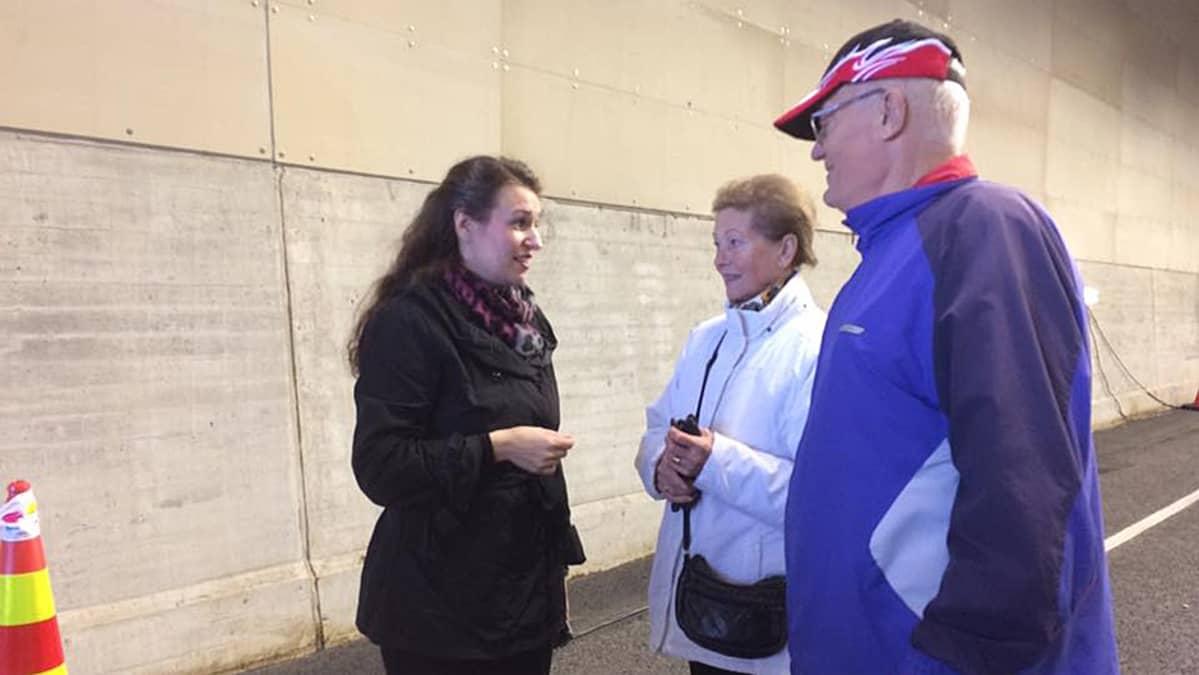 Pormestari juttelee pariskunnan kanssa rantatunnelissa