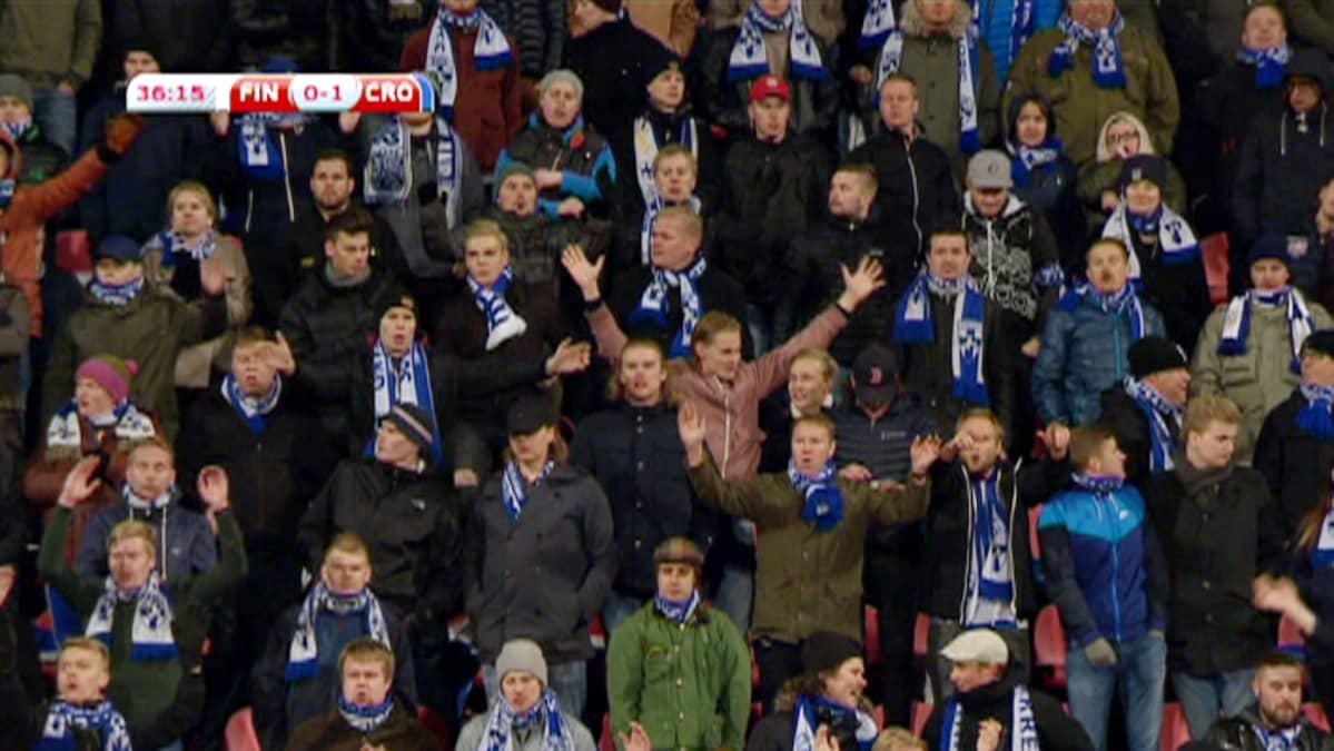 Yleisöä jalkapallo-ottelussa Suomi - Kroatia.