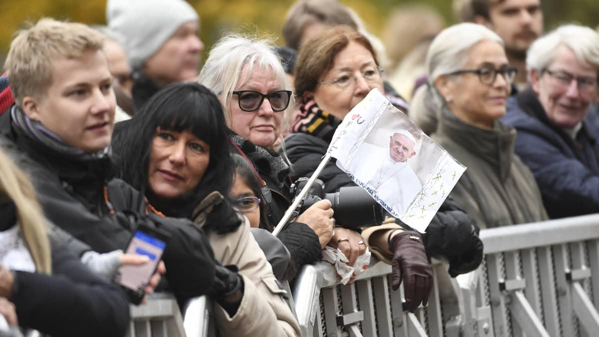 Ihmisiä paavia vastassa Lundissa, Ruotsissa, 31. lokakuuta.