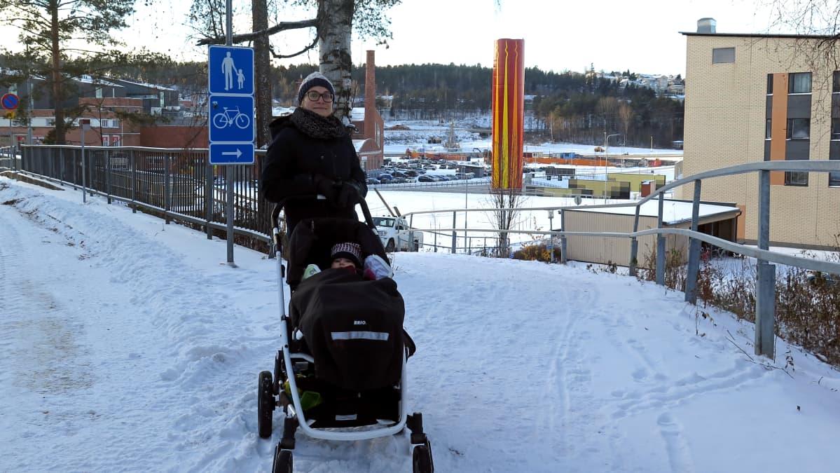 Onkiniemessä asuva Riitta Karjalainen ulkoilemassa tyttärensä Veera Miikin kanssa.