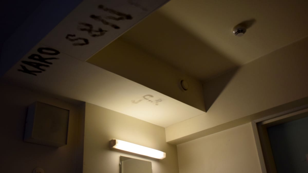 Vankilasellin kattoa.