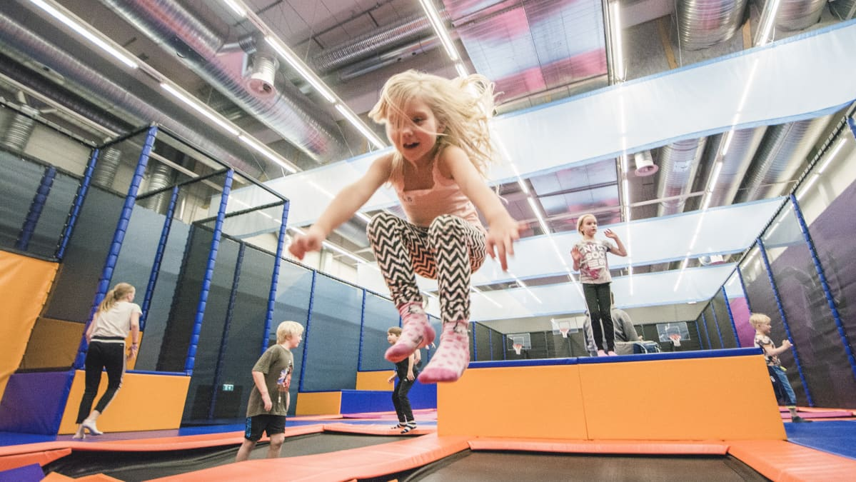 Lapset hyppivät Kuopion Bellanrannan trampoliinipuistossa