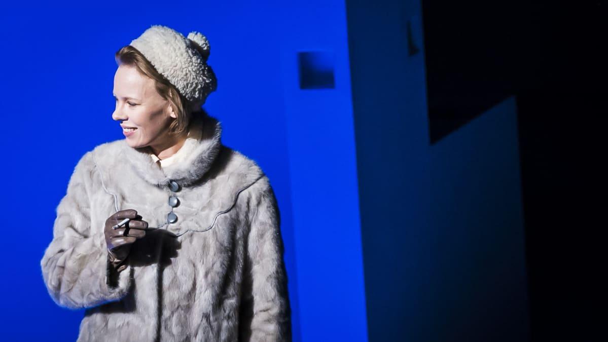 Alma Pöystin esittämä nuori Tove Jansson on suurten muutosten keskellä.