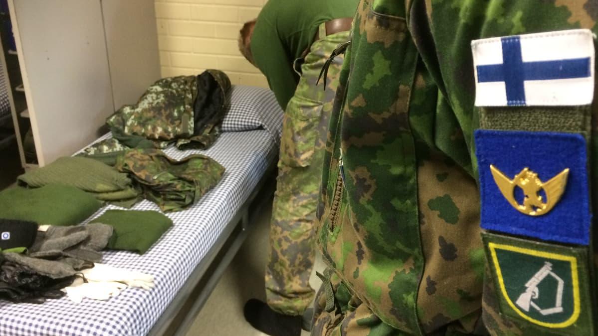 Alokkaan punkka ja sotilasmerkkejä takin hihassa.