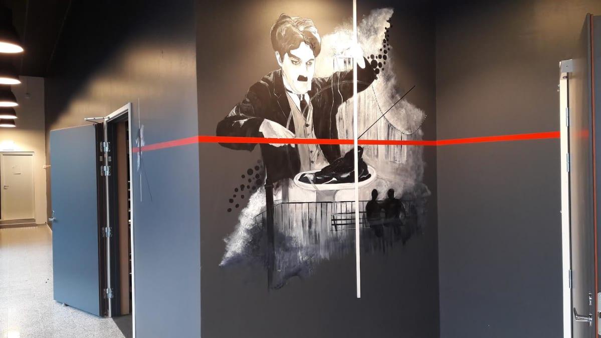 Taiteillija Johanna Karvosen seinämaalaus Kino Piispanristin seinällä.