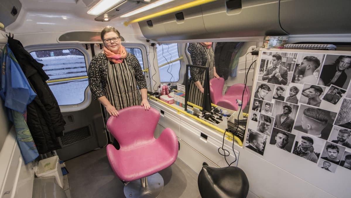 Yrittäjä Sari Eskelinen parturiauton sisällä